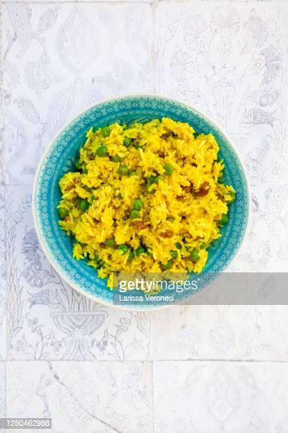 bowl of indian pulao with peas - larissa veronesi stock-fotos und bilder