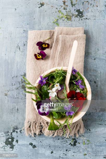 bowl of leaf salad with red radishes, cress and edible flowers - comida flores fotografías e imágenes de stock