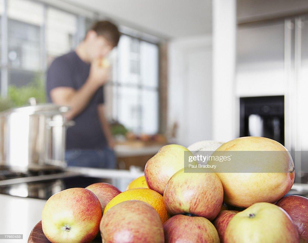 Tazón de mangos y Pelones con hombre en fondo de comer : Foto de stock