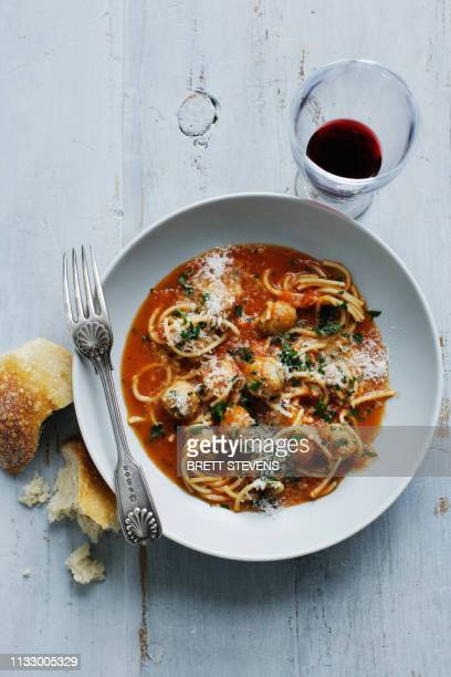 bowl of meatballs and spaghetti - spaghetti stock pictures, royalty-free photos & images