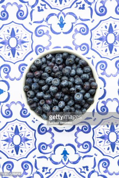 bowl of organic blueberries - larissa veronesi stock-fotos und bilder