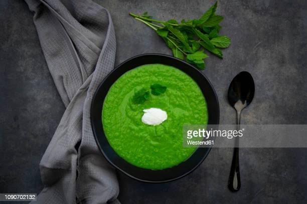 bowl of pea mint soup - stampen voedselbereiding stockfoto's en -beelden