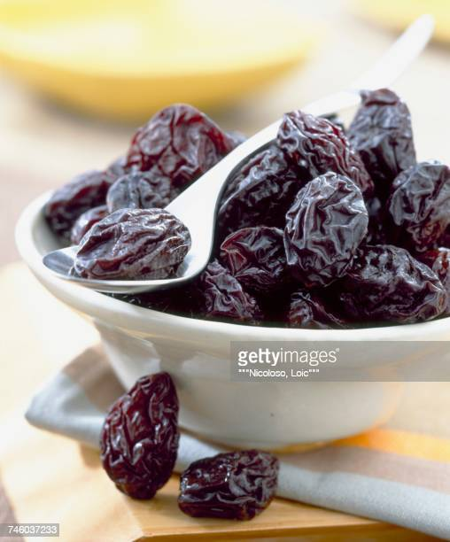 bowl of prunes - dörrpflaume stock-fotos und bilder