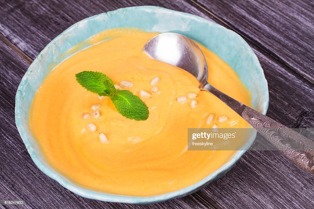Bowl of pumpkin soup and  whole pumpkin : Stock-Foto