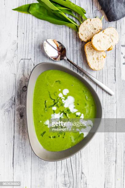 bowl of ramson soup garnished with ramson and cream - ail des ours photos et images de collection