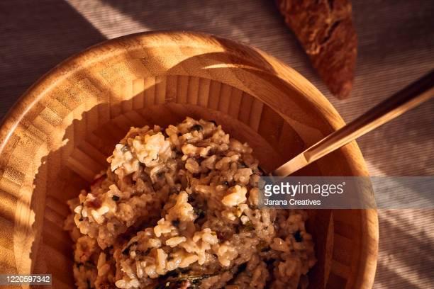 bowl of risotto ready to eat - arroz integral - fotografias e filmes do acervo
