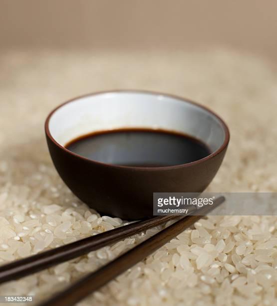 ボウルの米、醤油に、箸