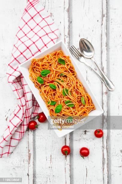 bowl of spaghetti with tomato sauce - larissa veronesi stock-fotos und bilder
