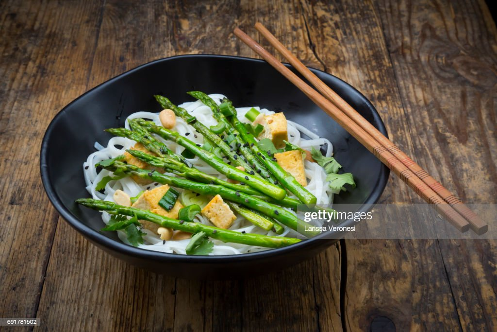 bowl of vegan Pad thai with mini green asparagus and tofu : Stock-Foto