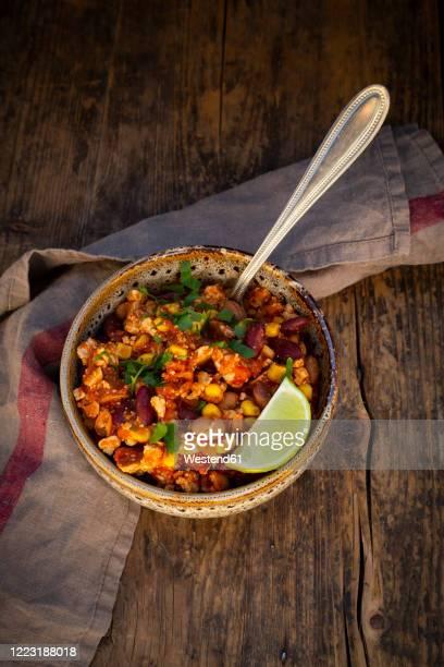 bowl of vegetarian chili with tofu, corn, kidney and pinto beans, cilantro and lime - pinto bean - fotografias e filmes do acervo