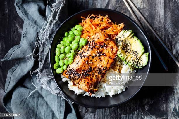 bowl ofteriyakisalmon with rice, carrot salad,edamamebeans, avocado and sesame seeds - prato de soja - fotografias e filmes do acervo
