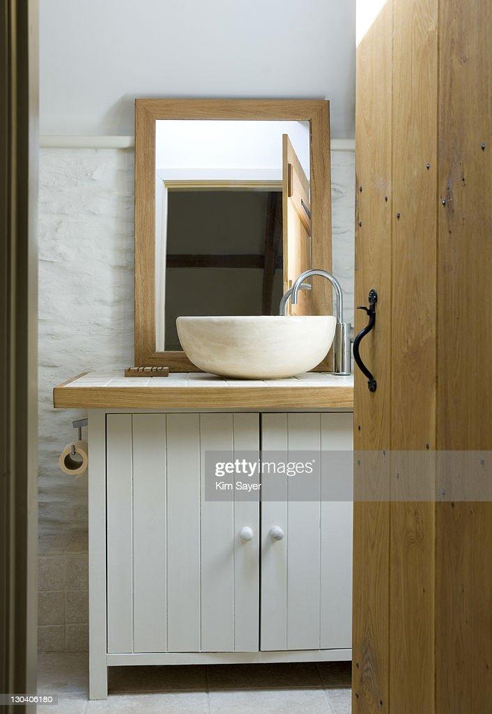 Bowl sink in modern bathroom : Foto de stock