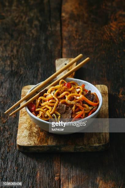 kom met chow mein - chinese cultuur stockfoto's en -beelden