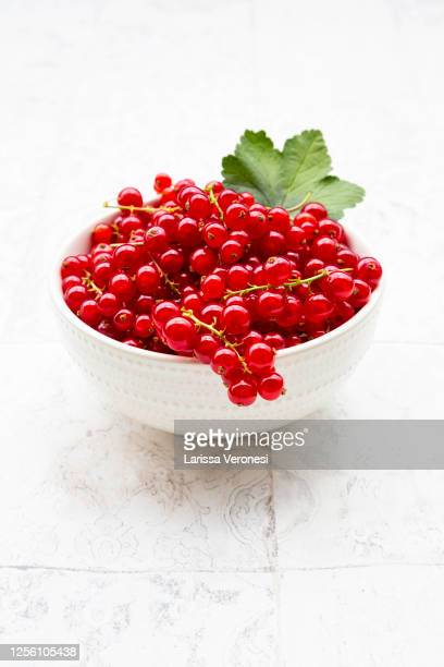bowl with red currant - larissa veronesi stock-fotos und bilder