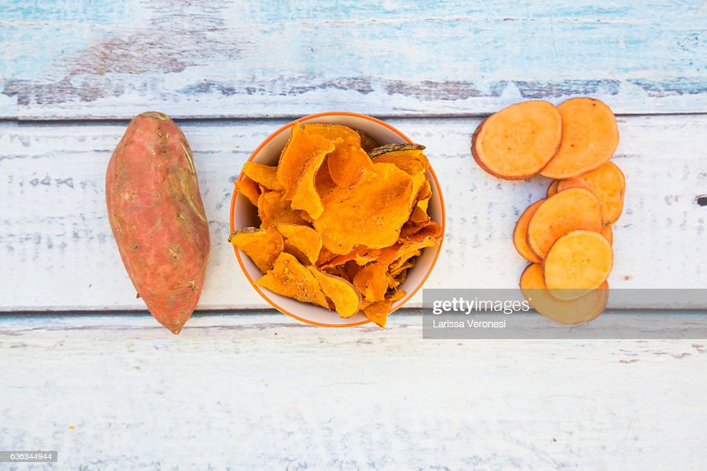 bowl with sweet potato chips : Stock-Foto