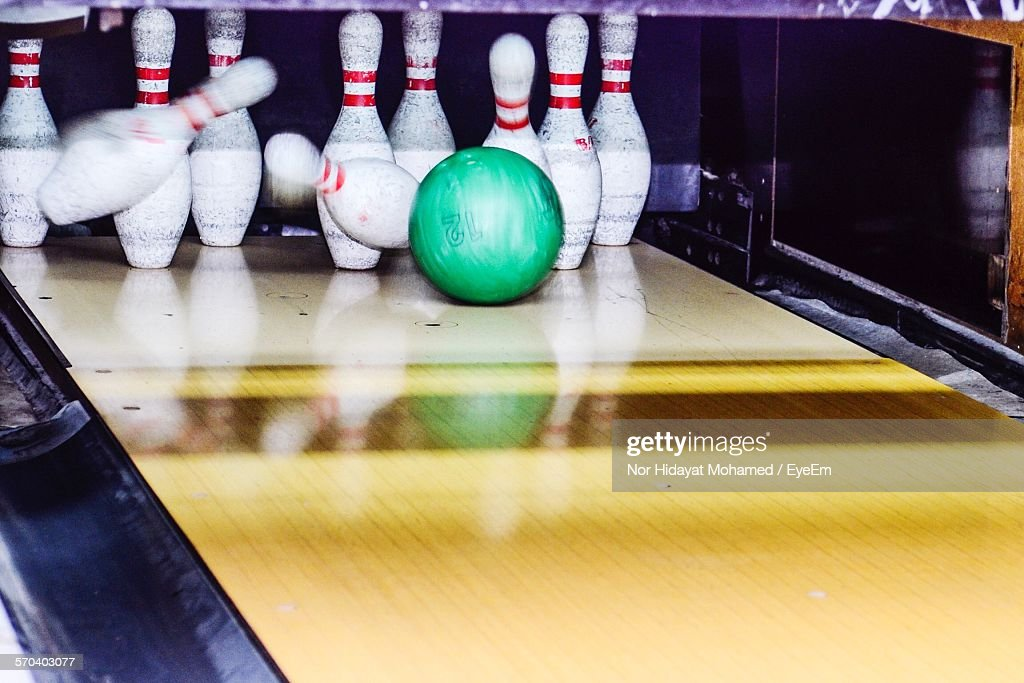 Bowling Ball Knocking Over Skittles : Stock-Foto
