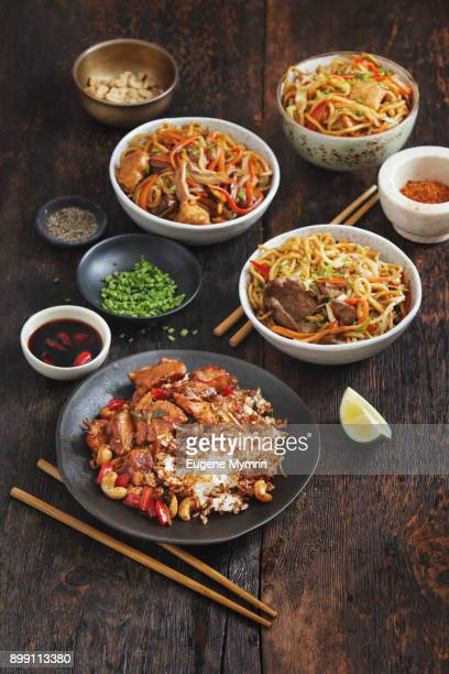 bowls with chicken, beef and vegetables chow mein and rice with pork - comida china fotografías e imágenes de stock