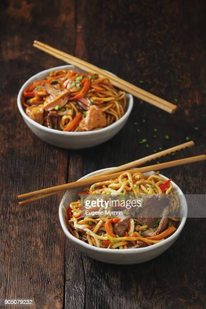 bowls with chicken, beef and vegetables chow mein - comida china fotografías e imágenes de stock