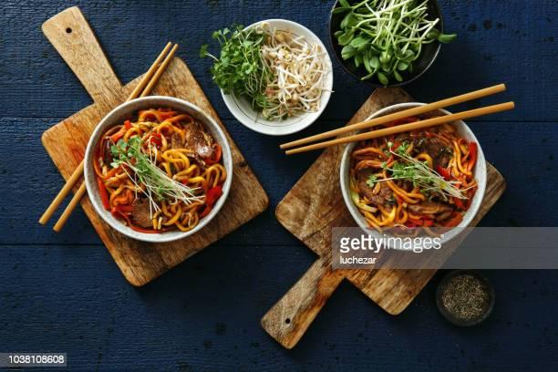 bols avec chow mein - nouilles photos et images de collection