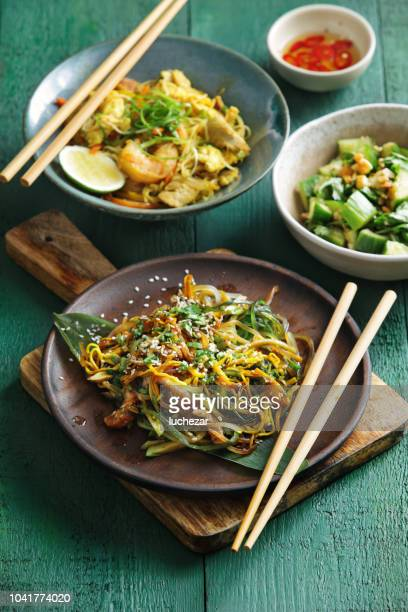 bowls with japanese food - chinese food stock pictures, royalty-free photos & images