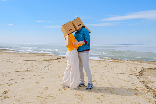 Box family. A man makes a proposal to a young woman. - gettyimageskorea