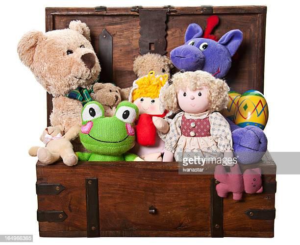 Box voller Spielzeug und gefüllte Tiere