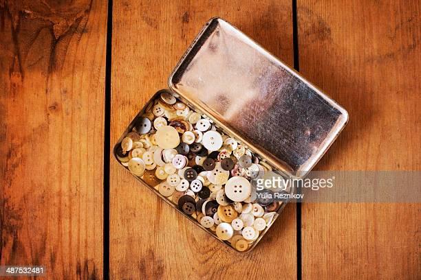 box with vintage buttons - botón mercería fotografías e imágenes de stock