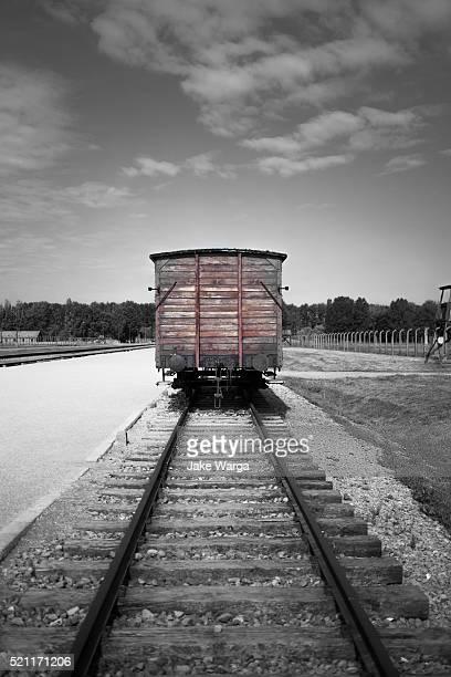 boxcar railway auschwitz-birkenau nazi death camp - auschwitz photos et images de collection