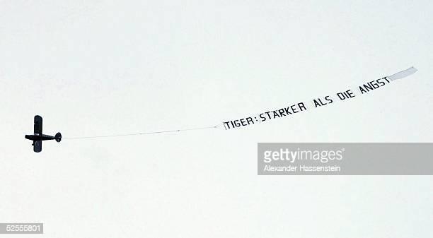 Boxen Buchvorstellung Dariusz Michalczewski Hamburg Dariusz MICHALCZWESKI stellte sein Buch 'Staerker als die Angst' vor ein Flugzeug mit einem...