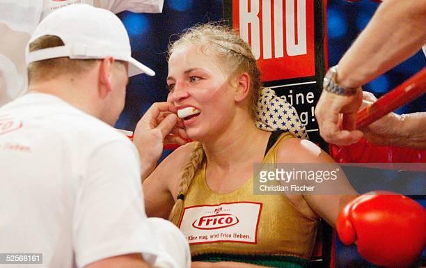 Boxen / Frauen WM Kampf im Fliegengewicht 2005 Magdeburg Regina HALMICH / GER Marylin HERNANDEZ / DOM Regina HALMICH / GER 150105