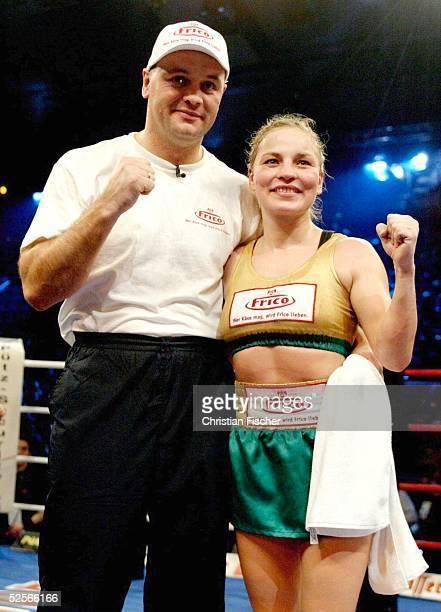 Boxen / Frauen WM Kampf im Fliegengewicht 2005 Magdeburg Regina HALMICH / GER Marylin HERNANDEZ / DOM Jubel Regina HALMICH / GER mit Trainer 150105