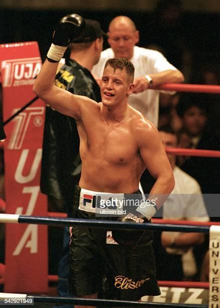 Halbschwergewichtler Thomas Ulrich jubelt über seinen Sieg gegen Ali Forbes aus Großbritannien Ulrich gewinnt den Profikampf über acht Runden nach...