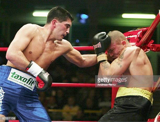 Boxen Kampfabend in Luebeck 2004 Luebeck Dimitri SARTISON / Hamburg boxt den Ungarn Csaba BALATONI in die Ringecke Er siegte nach 4 Runden nach...