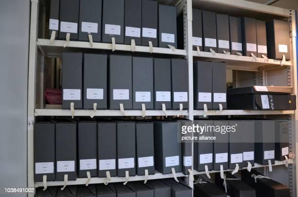 Boxen mit Fundstücken von improvisierten Gedenkstätten für die Opfer der PariserTerroranschläge stehen am in einem Regal im Stadtarchiv von Paris...