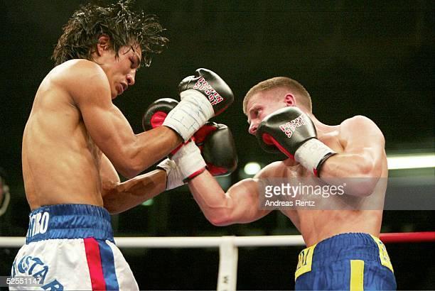 Boxen WBA Kampf im Bantamgewicht 2004 Luebeck Wladimir SIDORENKO / UKR Moises CASTRO / NCA Wladimir SIDORENKO rechts gewinnt nach Punkten gegen...
