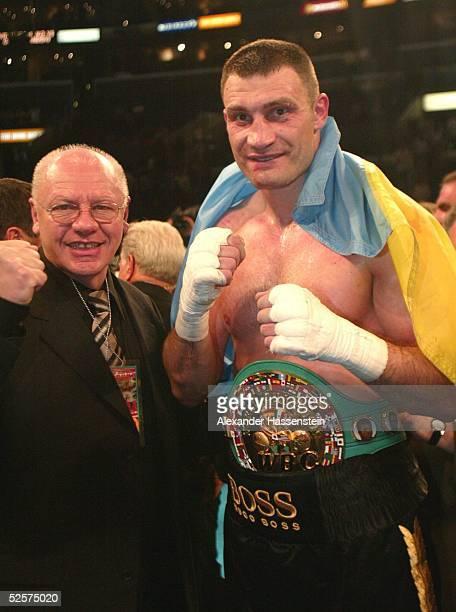 Boxen WBC WM Kampf im Schwergewicht 2004 Los Angeles Vitali KLITSCHKO / UKR Corrie SANDERS / RSA Vitali KLITSCHKO / UKR mit seinem Promoter...