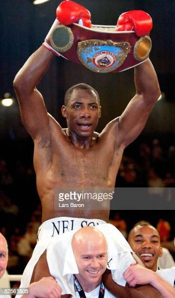Boxen WBO WM Kampf 2004 im Cruisergewicht Essen Johnny Nelson / GBR Ruediger MAY / GER Siegerjubel Johnny NELSON auf den Schultern seines Trainers...