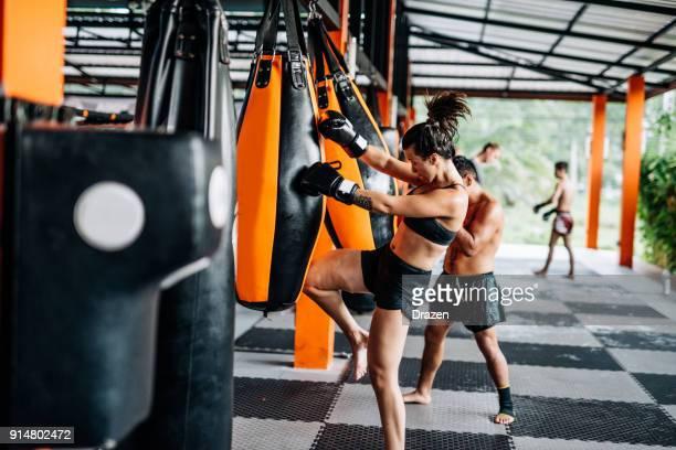 boxeo para hombres y mujeres en tailandia - recreación o entrenamiento profesional - muay thai stock pictures, royalty-free photos & images