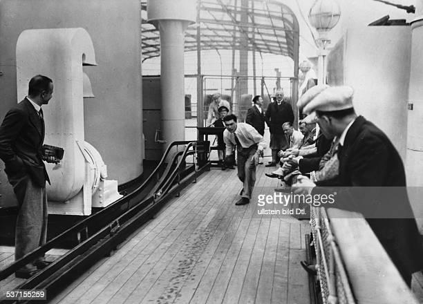 1905 Boxer D auf dem Hapagdampfer 'New York' bei der Überfahrt von Hamburg nach New York beim kegeln 1928