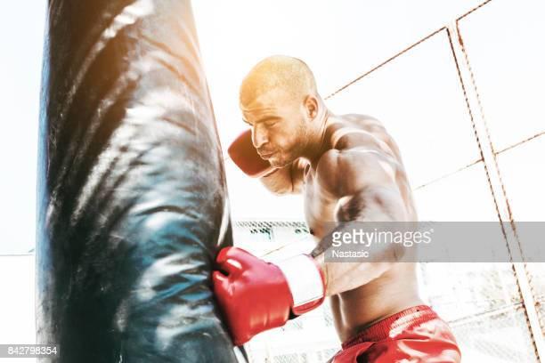 Boxer frapper un punching-bag