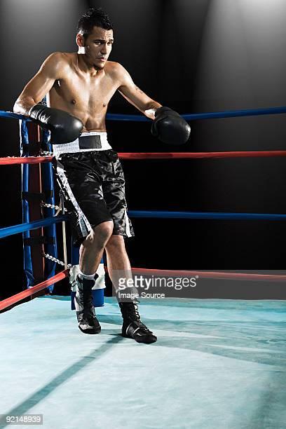 Boxer dans le ring de boxe