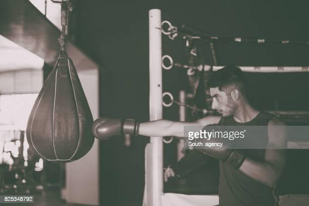 Boxer dans la salle de gym formation seul
