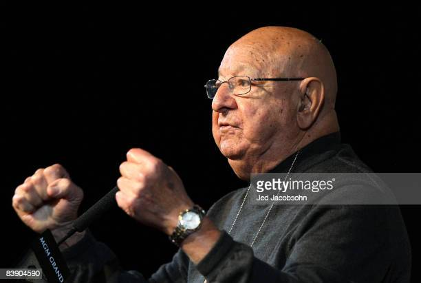 Boxer Oscar de la Hoya's trainer Angelo Dundee talks with the media at the final press conference at the MGM Grand Garden Arena December 3 2008 in...