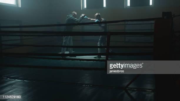 ボクサーのトレーナーとスパーリング - ボクシングリング ストックフォトと画像