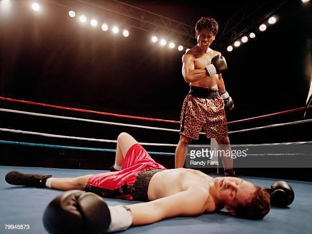 boxer taunting opponent - ノックアウト ストックフォトと画像