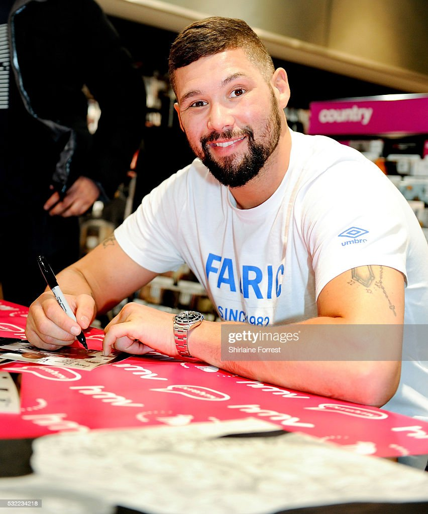 "Boxer Tony Bellew Meets Fans And Signs Copies Of His New Film ""Creed"""