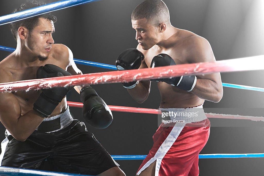 クローズアップビューの 2 つの男性のボクサー後ろからロープ : ストックフォト