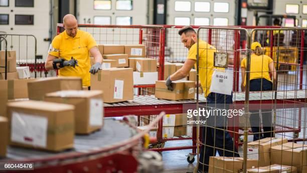 Kartons auf der Förderanlage einfahren Gürtel