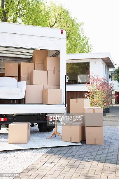Kartons auf den Boden neben den moving van