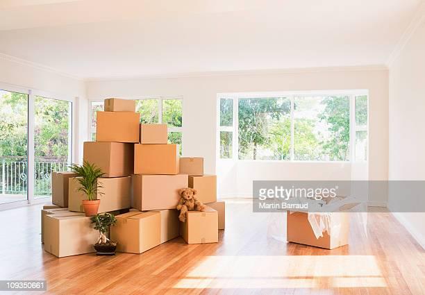 Boîtes empilées dans la salle de séjour de la nouvelle maison